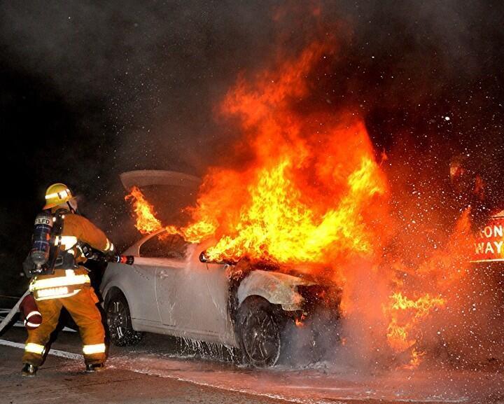 Un incendio sobre la autopista 5 en el sur de California consumió un veh...