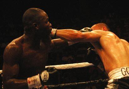 Smith supo pelear al contragolpe ante González, quien mostró el estilo a...