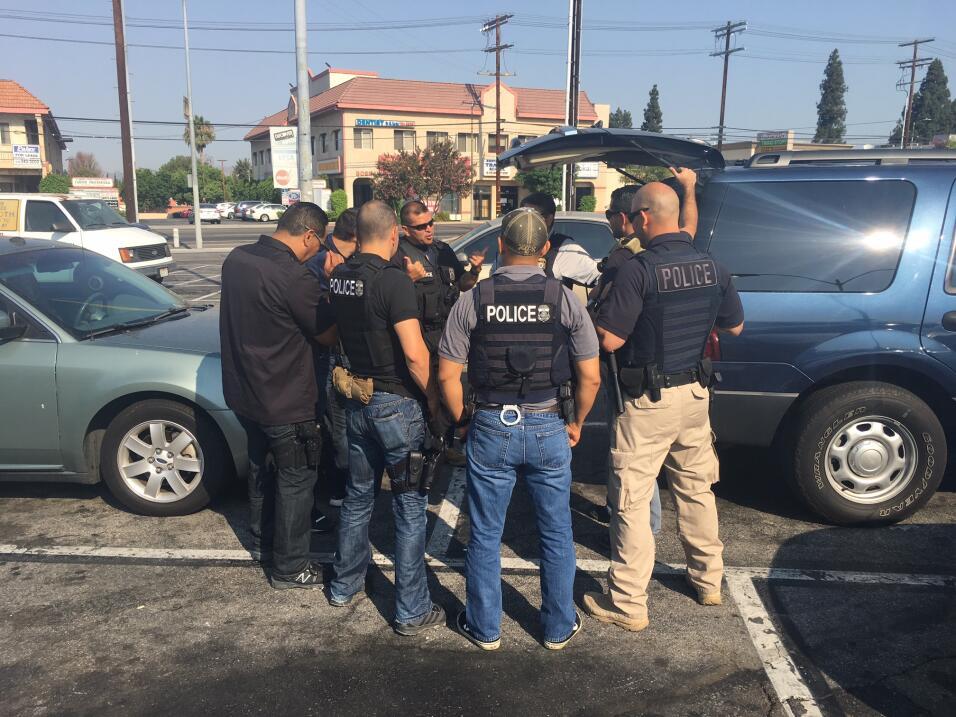 El agente Marín habla con los oficiales de ICE al finalizar las d...