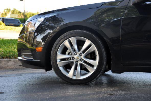 El Chevy Cruze LTZ 2011 es un sedán compacto con motor de cuatro cilindr...