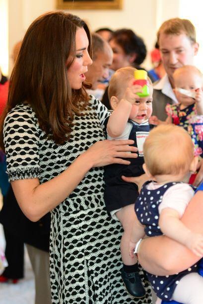 Lo bueno es que mami Kate involucra a su bebito en todo y él ya comienza...