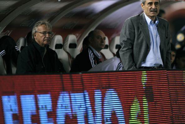 El técnico del ´Millonario´, Angel Cappa, (parado) con rostro de desespe...