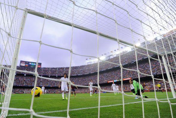 Iniesta se la dio a Neymar y su disparo escorado llegó rebotado ante la...