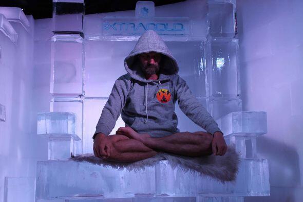 Puede meditar durante mucho tiempo sentado en una plataforma de hielo.