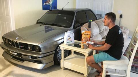 Randy Jalil guardó su auto en la sala de su casa por el huracán Matthew