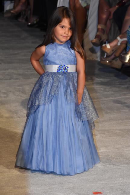 Hija de Roselyn Sanchez debuta en pasarela