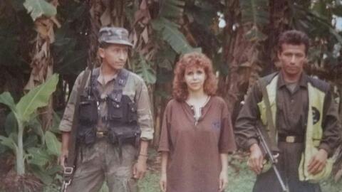 Olga Cecilia Vega en medio de dos periodistas de las FARC