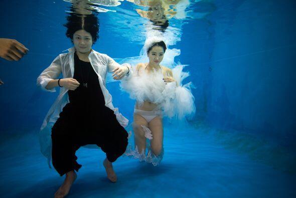 Las mejores fotos de esta boda bajo el agua fueron hechas por Tina Lui e...