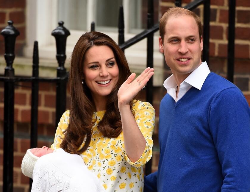 Los Duques de Cambridge saliendo del hospital con Charlotte.