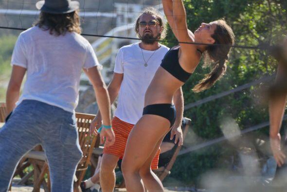 El actor jugó volleyball en la playa con su bellísima nueva novia, Toni...