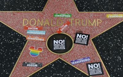 Calcomanías de la marcha #ResistMarch en la estrella de Donald Tr...