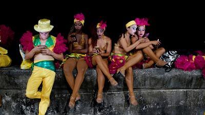 Los rostros iluminados por los teléfonos móviles: el paisaje de la noche cubana (fotos)