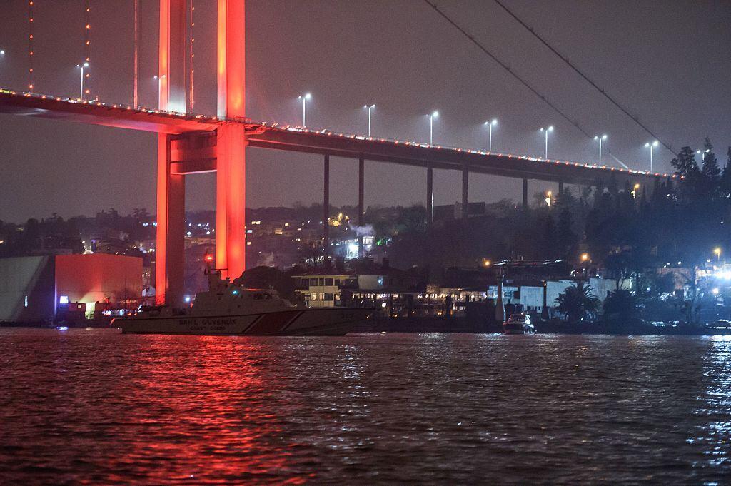 Una embarcación de la Guardia Costera turca patrulla la costa del Bósfor...