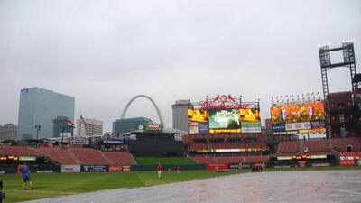 El campo del Busch Stadium fue cubierto mientras los lanzadores de ambos...