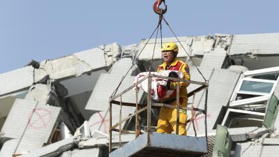Un trabajador rescata a un bebé de seis meses.