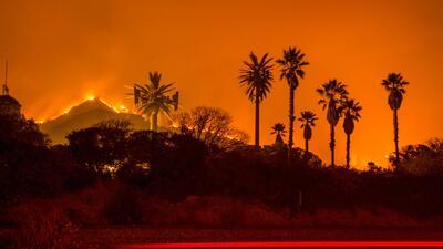 Los bomberos luchan por combatir las feroces llamas de al menos cuatro i...