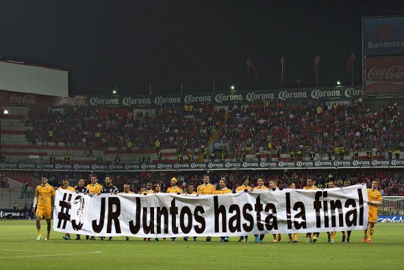 """Con una manta en la que se leía la frase """"#3 JR Juntos hasta la final"""",..."""