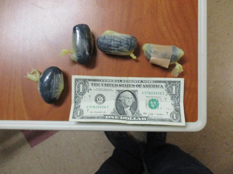 Cápsulas con heroína negra que un hombre transportaba dentro de su cuerp...