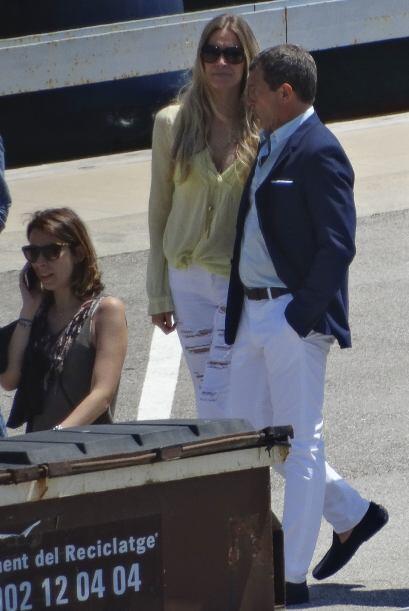 Nicole lució un pantalón blanco que marcaba sus curvas.