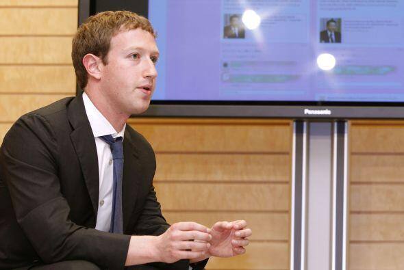 El director ejecutivo de Facebook cumple 28 años el lunes, cuando se pon...