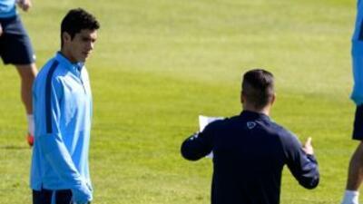 Simeone da instrucciones a Raúl Jiménez en el entrenamiento.