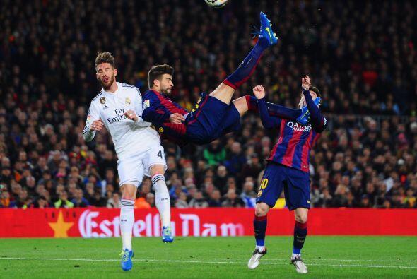 En la recta final del primer tiempo Piqué sorprendería con un remate de...