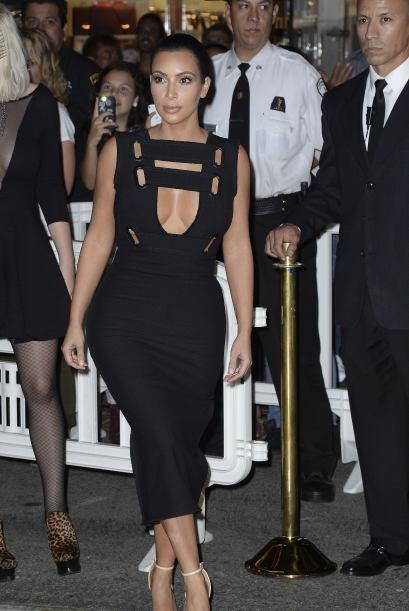 Kim Kardashian volvió a hacer alarde de sus curvotas y sus mega escotazo...