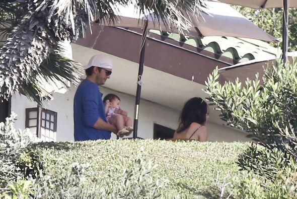Mientras con otra mano cargaba a su linda bebita Wyatt Isabelle.