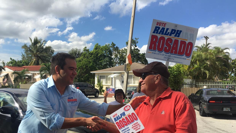 El candidato a comisionado, Ralph Rosado,  saluda a los ciudadanos en un...