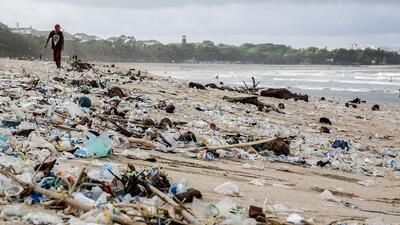 De paraíso turístico a botadero: la basura se come las playas de Bali