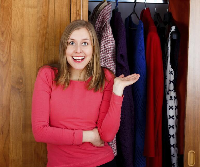 Si decidiste ordenar la ropa por colores, conviene que lo hagas del más...