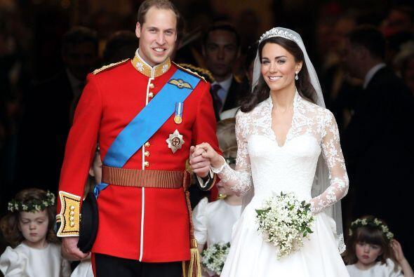 Estalló de júbilo la multitud al ver a los recién casados.