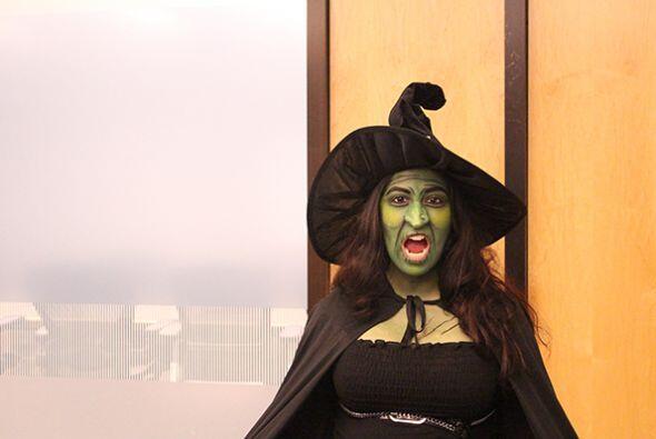 Nuestra recepcionista jannette Marín se pasó que este estupendo disfraz...