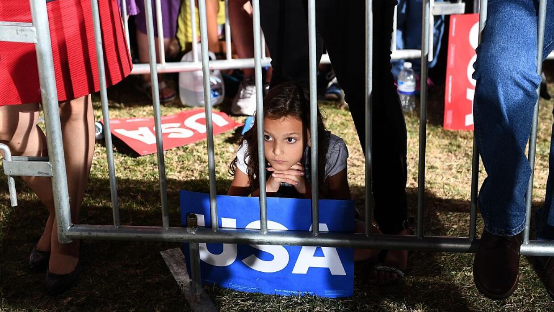 Una jovencita escuchando a la candidata demócrata Hillary Clinton...