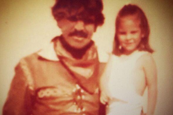Y esta famosa actriz mexicana está en brazos de su padre, también otro g...