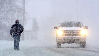 Un transeúnte y un vehículo se desplazan por la Avenida State en North A...