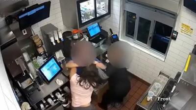No le sirvieron suficiente salsa de tomate y agarró a golpes a una empleada de McDonald's