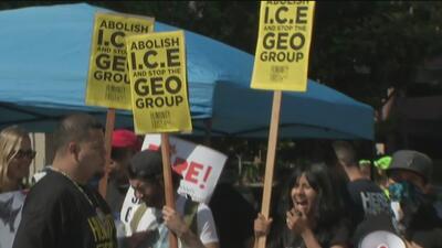 Decenas de personas protestan en Los Ángeles contra la separación familiar y piden la eliminación de ICE