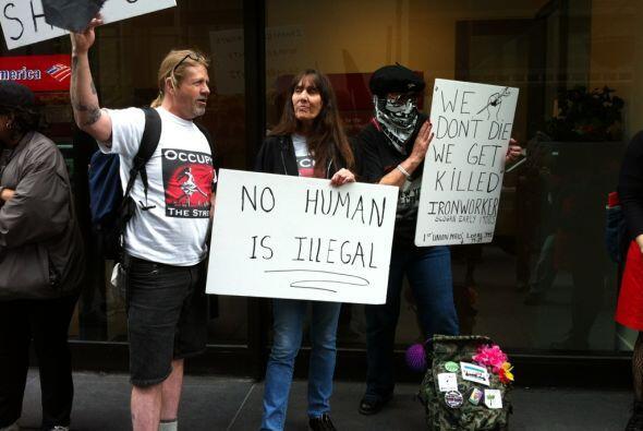 Los manifestantes cargaban varias pancartas contra el banco pero también...