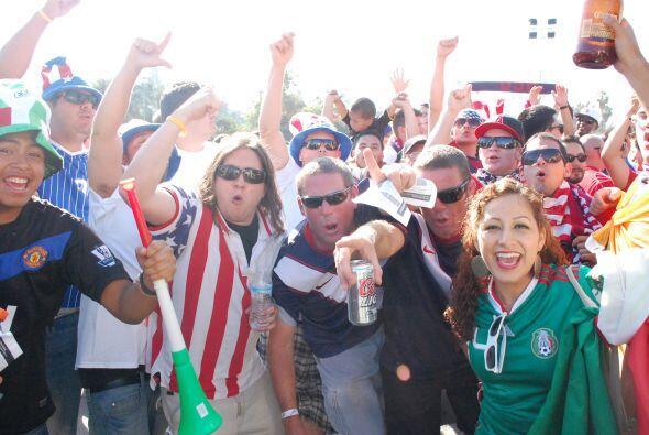 Todos unidos mostrando sus mejores cánticos en una guerra deportiva.
