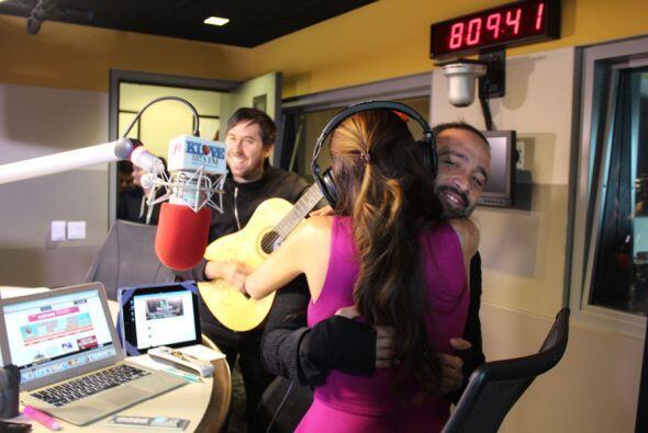 Mario y Pablo entran guitarra en mano, con serenata en vivo