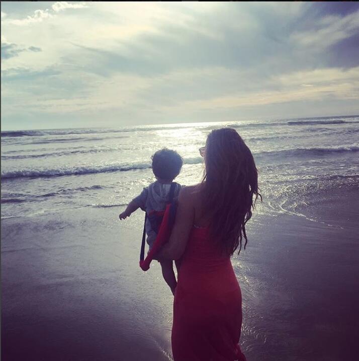 Ninel Conde con su hijo Emmanuel en la playa