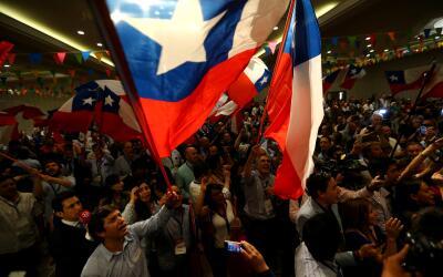 Los partidarios de Sebastián Piñera celebran los resultado...