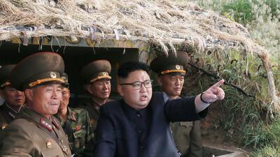 El líder nocoreano Kim Jong Un parace estar confiado en el nivel de desa...
