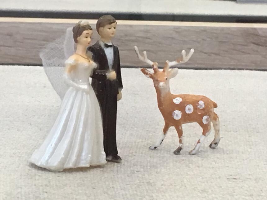 Adornos del día de su boda. Él la terminó por teléfono seis años después.