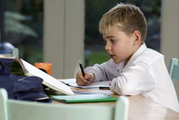 Si el propósito de la tarea escolar es que su hijo la haga solo, no se a...