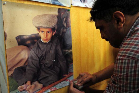 Un fotógrafo muestra la foto que le tomó a uno de los hijos pequeños de...