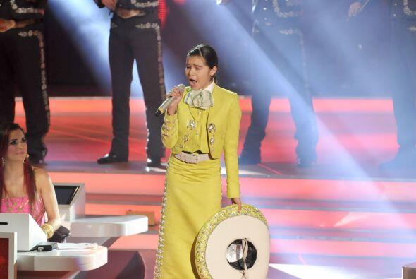 """La pequeña del escuadrón Megaestrellas cantó """"Cielo Rojo""""."""