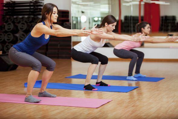 2) 'Side shuffle': de pie, con las rodillas flexionadas y la cabeza en a...