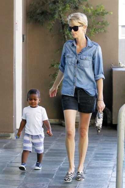 ¡Una mamá súper divertida y a la moda resultó ser Charlize Theron! Defin...